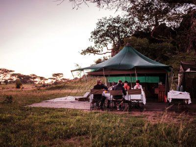 Explore Tanzania Green Camp Serengeti buiten eten
