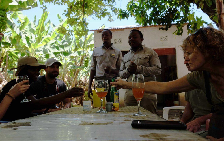 Studenten reis Tanzania bananenbier proeven Mto wa Mbu